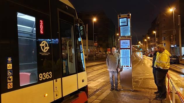 Praha zkouší ekologické zastávky MHD s elektronickým papírem.