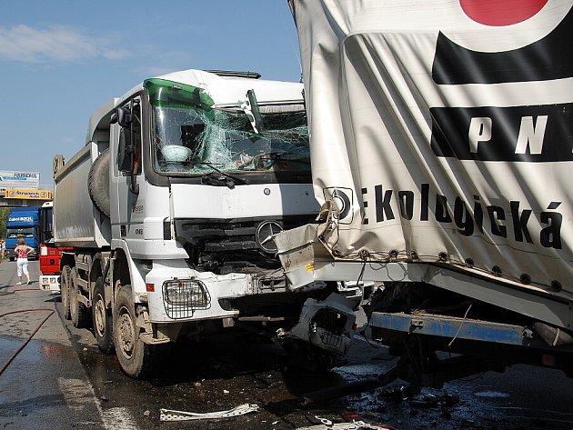 Hromadná nehoda pěti kamionů zablokovala v pátek Pražský okruh v úseku Řeporyje - Slivenec.
