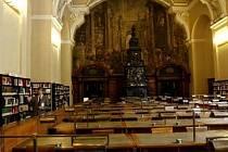 Komentovaná prohlídka půjčovních, studijních a zázemních prostor se uskutečnila 6. května v Národní knihovně v pražském Klementinu.