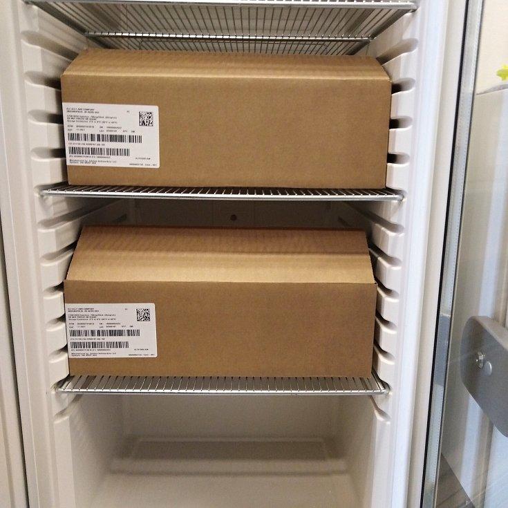 Lék bamlanivimab v lednici lékárny Fakutlní Thomayerovy nemocnice. Látka pomáhá pouze v počátcích nemoci covid-19.