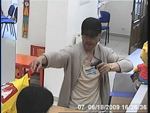 Pachatel loupežného přepadení byl zaznamenán kamerovým systémem.