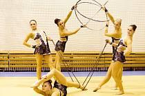 MODERNÍ GYMNASTIKA je sport, který kombinuje prvky baletu, gymnastiky, divadelního tance a akrobacie. To do puntíku splňují závodnice Vodních staveb Monika Čápová, Anežka Šťástková, Kateřina Blažková, Linda Kotrbatá (zleva) i ležící Gabriela Davidová.