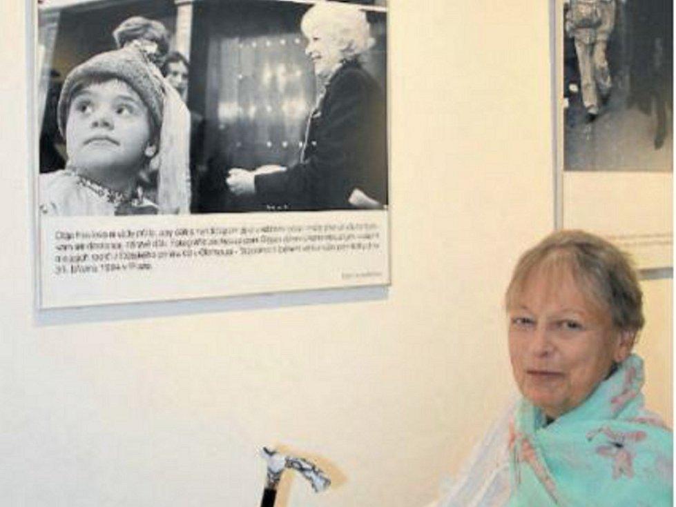 Oblíbeným snímkem z výstavy fotografií Olgy Havlové je pro Milenu Černou ten, který zobrazuje děti s mentálním postižením z denního stacionáře v Topolanech, které přijely navštívit před Velikonocemi v roce 1994 do Prahy první dámu.