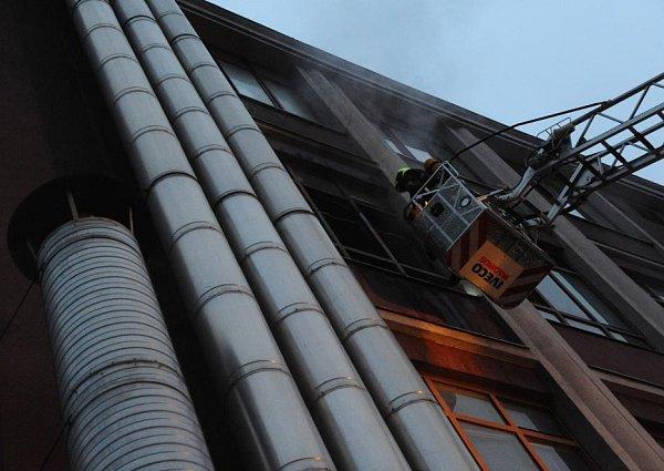 Ve firemní budově vyhořela místnost skladu.