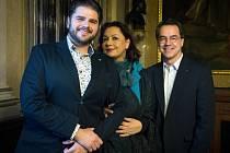 Zleva představitel Maria Cavaradossiho Peter Berger, představitelka Tosky Anda-Louise Bogza a hudební ředitel Státní opery a dirigent Andreas Sebastian Weiser.