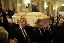 Poslední rozloučení s hercem Luďkem Munzarem v Národním divadle.