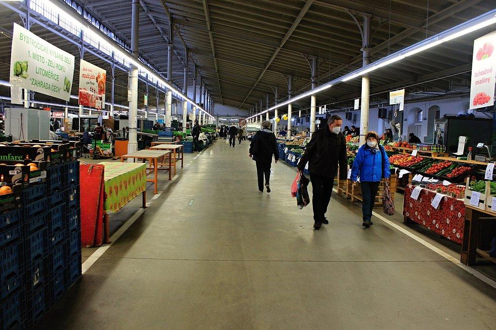 V pondělí 12. dubna 2021 se do Haly 22 Pražské tržnice v Holešovicích opět vrátil běžný život – tedy více než padesátka prodejců ovoce, zeleniny a dalších lokálních potravin od malých zemědělců, výrobců a pěstitelů.