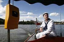 STAČÍ VYCHYTAT PÁR CHYB... I tak si Pražané nové přívozy oblíbili, za týden jich vyplulo na Vltavu přes deset tisíc.