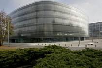 ZAČÍNÁ STĚHOVÁNÍ. Nová Národní technická knihovna je navržena v obrysu zaobleného čtverce a je symbolicky pojata jako technická učebnice. Veřejnosti se otevře 9. září.
