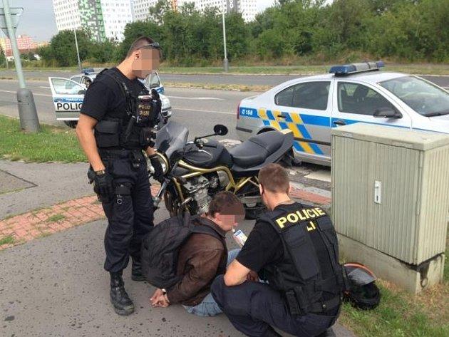 Opilý a zdrogovaný motocyklista ujížděl policistům.