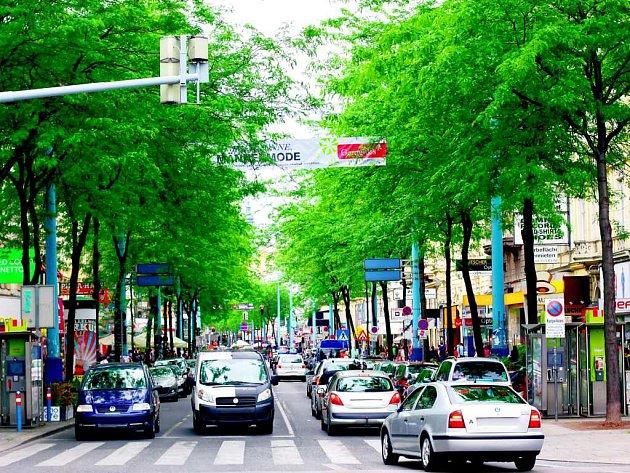 MINULOST. Takto vypadala rušná vídeňská ulice ještě před lety, než město schválilo její proměnu na pěší zónu.