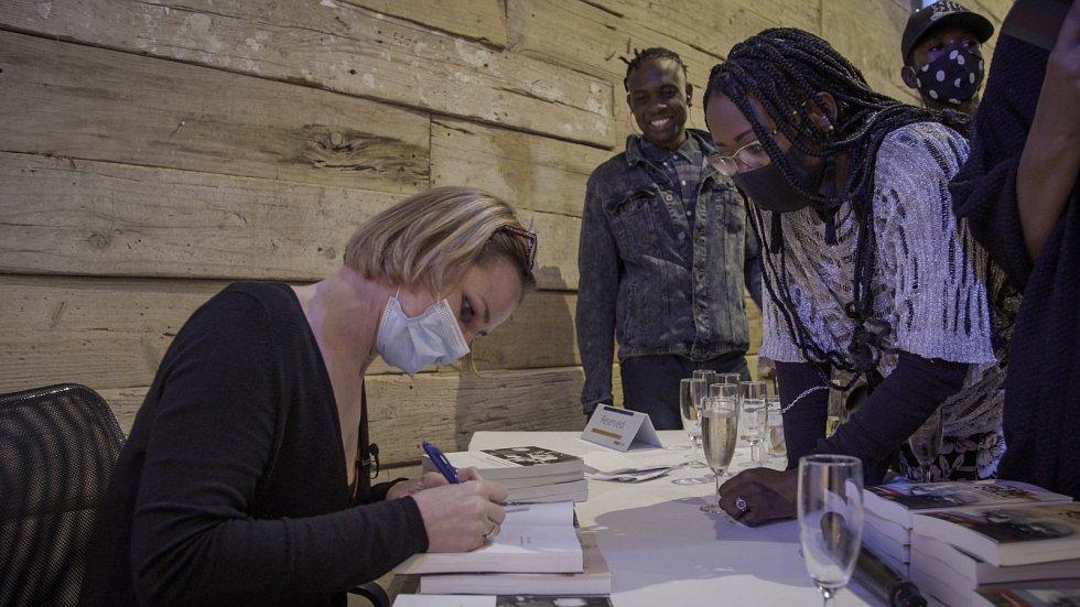 Autogramiáda autorky K.Mildnerové na slavnostním křtu knihy Namibian Czechs a Černí sokoli ve Windhoeku, leden 2021.