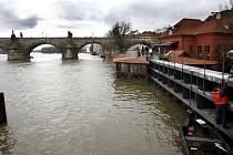 Kvůli zvýšené hladině Vltavy v Praze byly 6. března 2009 zavřeny protipovodňové dveře u ústí Čertovky na Malé straně.