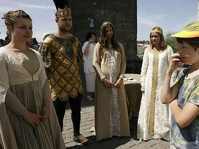 KRÁLOVSKÁ CESTA. Na trasu, kterou se ve středověku projížděl nejedenčeský král se v sobotu vydala asi tisícovka lidí. Dětem cestu ozvláštnily postavy z dějin v dobových kostýmech.