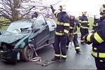 Hasiči vyprostili ženu z havarovaného auta.