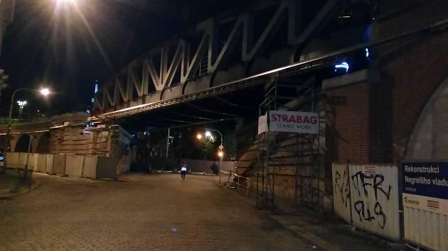 Usazování mostu Negrelliho viaduktu přes ulici Prvního pluku.