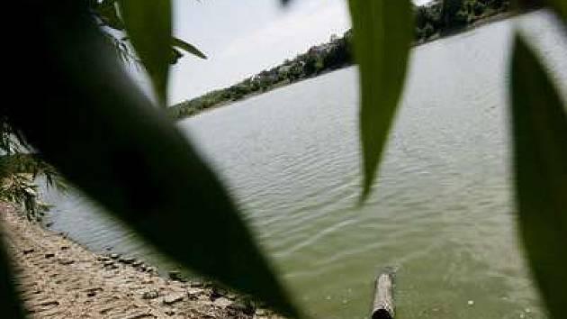 Mnoho místních obyvatel si masivní výstavbu okolo rybníka nedovedou představit.