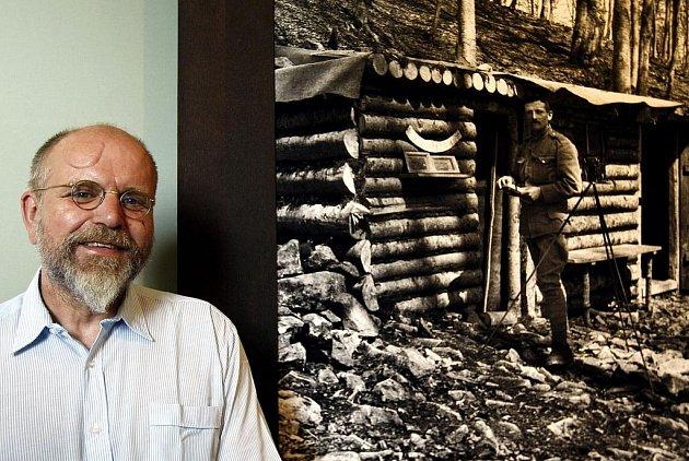 UŹ NE ANONYM. Michal Rybák poznal ve fotografiích, vystavených na Pražském hradě, díla svého děda, legionáře a fotografa Jindřicha Bišického.
