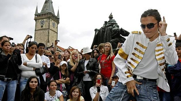 Lidé se přišli s králem popu Michaelem Jacksonem rozloučit v jeho stylu na Staroměstské náměstí.