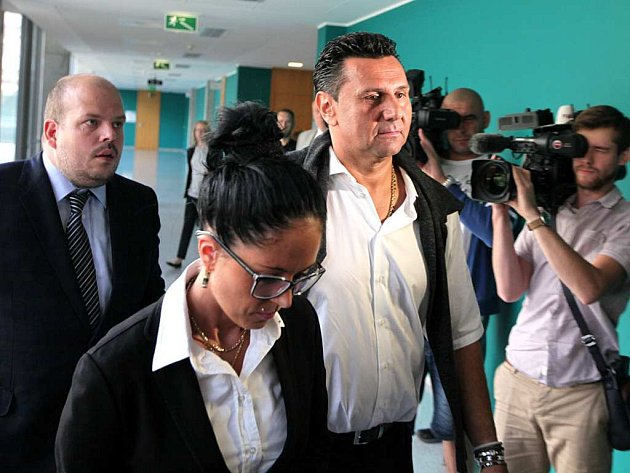 Hokejový trenér Vladimír Růžička dorazil k Obvodnímu soudu pro Prahu 10 se svou přítelkyní.