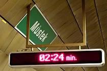 Informační panel s časem příjezdu soupravy v pražském metru.