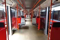 Zcela výjimečný je jeden z vagonů na červené lince C metra. Jde o první vagon vybavený plastovými sedačkami, jejichž nový typ se zde ověřuje.