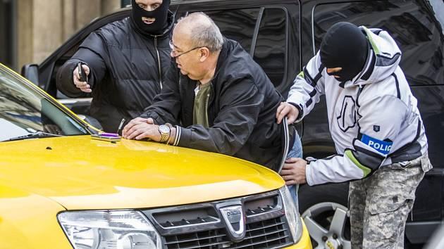 Na Staroměstském náměstí v Praze došlo v úterý 24. listopadu 2015 k zatčení dvou mužů. Jeden z nich byl taxikář.