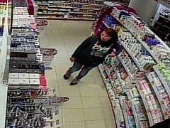 Policisté z pražského Spořilova pátrají po ženě, která je podezřelá z krádeže zboží v drogerii.