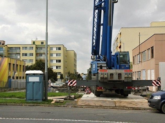 Před školkou Babákova v Praze 11 se staví šestipatrová administrativní budova.