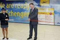 Premiér Mirek Topolánek přestřižením pásky slavnostně otevřel schengenský prostor na letišti Praha Ruzyně.