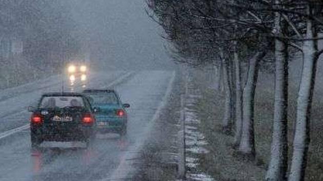 Problémy s jízdou na zasněžených silnicích měli především ti, kteří jeli na letních pneumatikách.