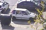 Mladíci nastříkali na auto hákový kříž.