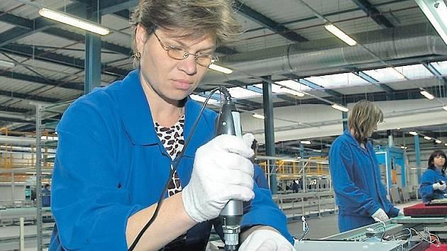 Češi kupují. Výrobní či skladové prostory podnikatelé v Česku raději kupují, ve světě najímají.