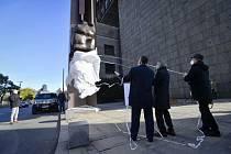 Zleva generální ředitel Národního muzea Michal Lukeš, ministr kultury Lubomír Zaorálek (ČSSD) a sochař Antonín Kašpar 17. listopadu 2020 před novou budovou Národního muzea v Praze odhalují bronzovou plastiku Plamen na Palachově pylonu.