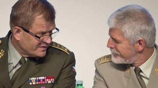 náčelník generálního štábu české armády Josef Bečvář a předseda vojenského výboru NATO Petr Pavel na tiskové konferenci k výstavě Future Forces Forum 2016