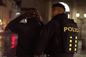 Policie zadržela v centru Prahy dealera drog i jeho zásobovače.