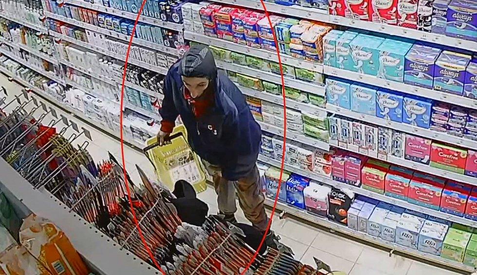 Policie hledá muže, který ukradl větší množství kondomů a lubrikačních gelů.