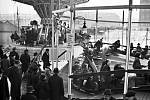 MATĚJSKÁ POUŤ. Největší pražská pouť se odedávna konala v Dejvicích. Zabírala celé Vítězné náměstí až do postranních ulic a lidé se mohli svézt na velkých atrakcích jako například tobogán, autíčka nebo řetízkáč. Foto z 23.2.1941.