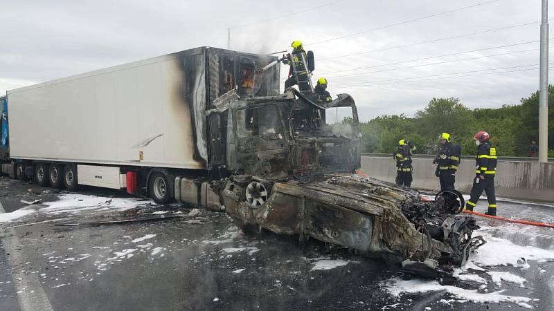 Nehoda několika kamionů a osobních vozidel s následným požárem zablokovala dálnici D11. Jeden z řidičů nepřežil.