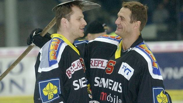 Brankář Sparty Petr Bříza (vpravo) při oslavách mistrovského titulu v roce 2002.