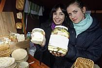 Na farmářském trhu u Vítězného náměstí v Pražských Dejvicích, prodávaly 16. října herečky Nela Boudová (vlevo) a Jana Bernášková výrobky ze sociálně terapeutické dílny ve Slapech.