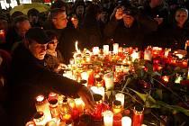 Na Václavském náměstí vzpomínaly na Václava Havla stovky lidí.