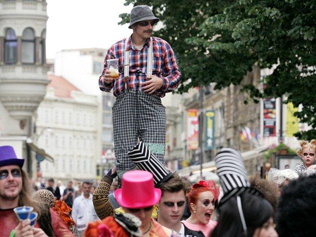 OBRAZEM  Cirkusáci táhli centrem Prahy - Deník.cz 82629d8dee