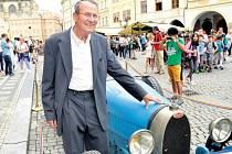 VLADIMÍR JUNEK s legendárním historickým vozem Bugatti.