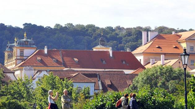 V popředí kostel sv. Benedikta a Toskánský palác.