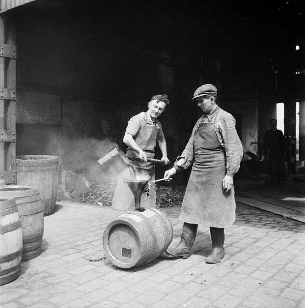PIVOVAR STAROPRAMEN. Smolení sudů ve smíchovském pivovaru. 17. 5. 1947.