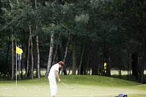 DEVADESÁT JAMEK NESTAČÍ. Ač je do dvanácti kilometrů od Klánovic desítka hotových či připravovaných golfových hřišť, investor chce rozšiřovat to klánovické na úkor cenné lokality, zapsané do evropského systému Natura 2000.