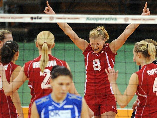 CESTA ZA OBHAJOBOU. Budou mít Martina Šmídová (č. 8) a její mistrovský Olymp důvod k vítězným gestům i po sezoně?