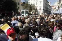 Z NADHLEDU. Fotograf své schůdky potřebuje, kolegovi Šimánkovi právě mizí s papežem.
