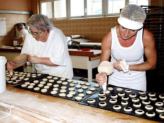 V hořovické pekárně mají také své cukrářské oddělení. Cukrářky v příbramské provozovně právě plní svatební koláčky, které jsou připravené k pečení.